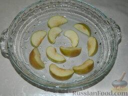 Ножки пекинской утки с яблоками: Яблоки очистить от семян и нарезать дольками. Выложить на дно формы.