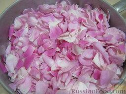 Варенье из лепестков розы по старинному рецепту: Подготовить заранее банки. Помыть их с содой. Крышки и банки простерилизовать любым способом.    Как варить варенье из лепестков роз:    Оборвать у розы лепестки. Хорошо промыть в дуршлаге.