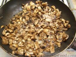 """Котлеты """"Сюрприз"""", фаршированные грибами: Затем разогреваем на сковороде 2 ст. ложки растительного масла, обжариваем грибы, помешивая, на среднем огне. Грибы должны сначала тушиться, а затем, когда весь сок испарится, слегка зарумяниться."""