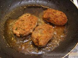 """Котлеты """"Сюрприз"""", фаршированные грибами: Затем переворачиваем и жарим котлеты с грибами еще 3-4 минуты.  Так приготовить все котлеты."""