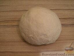Очень простая домашняя лапша (постная): Тщательно вымесить тесто. Чем дольше месить тесто, тем оно будет однороднее, а значит, тем вкуснее будет лапша.    Готовое тесто накрыть полотенцем и оставить на 30 минут.
