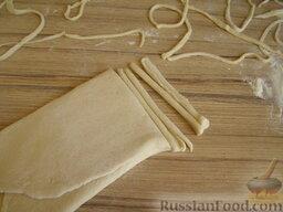 Очень простая домашняя лапша (постная): Острым ножом нарезать полосочки нужной ширины (но не толще 4 мм). Раскрутить лапшу.