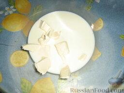 Кулебяка с мясом, грибами и картофелем: Как приготовить кулебяку с мясом, грибами и картофелем:  Для начала займемся тестом. В большую миску вливаем молоко и нарезаем маргарин. Подогреваем в микроволновке 1 минуту. Маргарин должен подтаять, молоко - согреться.