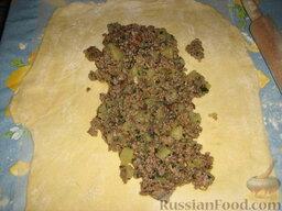 Кулебяка с мясом, грибами и картофелем: В центр помещаем начинку.