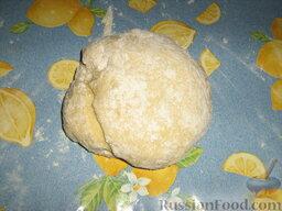 Кулебяка с мясом, грибами и картофелем: Постепенно всыпая муку, замесить эластичное, но мягкое тесто.