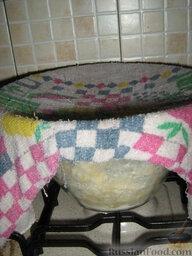 Кулебяка с мясом, грибами и картофелем: Поместить тесто в обсыпанную мукой большую миску, накрыть влажным, отжатым кухонным полотенцем. Оставить в тепле подниматься на пару часов.