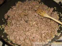 Кулебяка с мясом, грибами и картофелем: Добавить фарш и тоже обжарить.