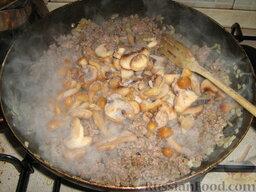 Кулебяка с мясом, грибами и картофелем: Добавить грибы (у меня замороженные). Обжарить, посолить, поперчить. Потушить 10 мин.