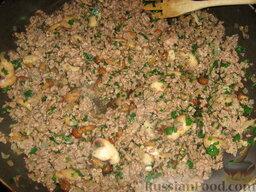 Кулебяка с мясом, грибами и картофелем: Добавить петрушку. Перемешать.
