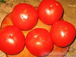 Летний борщ: На помидорах сделаем крестообразные надрезы и бланшируем их в кипятке несколько минут.