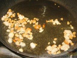 Летний борщ: Мелкими кубиками порежем сало и хорошо выжарим его на сковороде. Шкварки можно убрать.