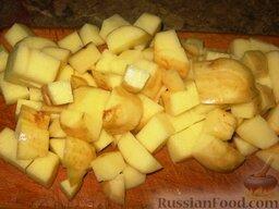 Летний борщ: В кипящий готовый бульон первым вкидываем картофель, порезанный кубиками, через 2 минуты присоединяем к нему свекольную ботву и фасоль. Варим 5 минут. Добавляем капусту, нашинкованную тонкой соломкой. Варим 5 минут.