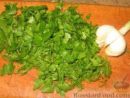 Летний борщ: Всыплем в борщ половину порезанной зелени и положим разрезанную головку чеснока.
