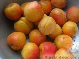 Жареные пирожки с абрикосами: Тем временем помыть абрикосы (или вишни).