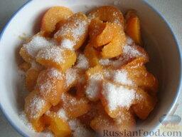Жареные пирожки с абрикосами: Разрезать абрикосы на кусочки (очистить вишни от косточек), посыпать сахаром.
