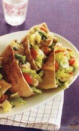 Пита с салатом из куриного мяса и овощей