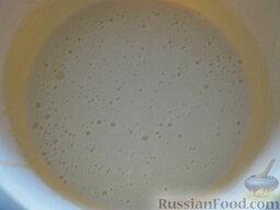 Блинчики с мясом: Вскипятить чайник. Насыпать соду в стакан, залить кипятком (3 ст. ложки). Влить соду в миску с тестом. Хорошо размешать. Дать тесту постоять 10 минут.