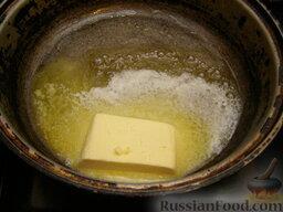 Тонкие блины без яиц: На сковороде, на которой будут жариться блины, растопить сливочное масло.  Внимание! Лучше использовать сковороду с антипригарным покрытием.