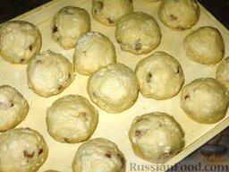 Сырники полоцкие: Выкладываем наши шарики на доску или поднос, посыпанные мукой, и отправляем в морозилку минимум на три часа.