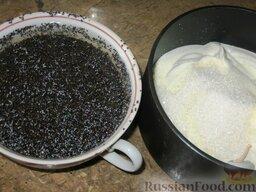 Сырники полоцкие: Пока сырнички мерзнут, займемся маковой заливкой:  Мак заливаем кипятком и накрываем крышкой, пусть 15 минут постоит, распариться. Да простят меня белорусы, но мака я взяла больше нормы.   Растопим сливочное масло, добавим сахар, сметану, мак. Хорошо перемешиваем. Ставим на маленький огонь, греем соус, но до кипения не доводим.