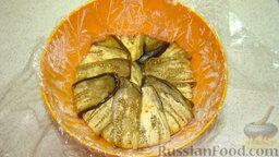 Террин из баклажанов: Миску застелить пищевой пленкой, выложить по краям миски баклажаны, затем слой сыра и слой перца. И так, выкладываем слоями сыр и перец, при этом чередуя цвета перца. Загибаем плотно края баклажанов, плотно заворачиваем края пленки.