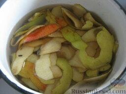 Джем грушевый: Кожицу и сердцевинки сложить в кастрюльку, залить холодной водой, довести до кипения. Варить в течение 10 минут, процедить.