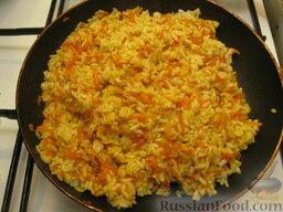 Рис карри с морковкой: Переложить рис к моркови, перемешать. Накрыть крышкой, снять с огня и оставить рис с морковью на 10 минут, чтобы