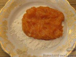 Зразы из семги с грибной начинкой: На тарелку насыпать муку. Смочить руки. Мокрыми руками отделить часть рыбного фарша (примерно 70 г). Сформировать плоскую лепешку и положить ее на муку.