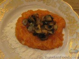 Зразы из семги с грибной начинкой: На середину лепешки выложить фарш.