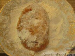 Зразы из семги с грибной начинкой: Залепить края, сформировать пирожок и аккуратно, с помощью лопаточки, обвалять его в муке (консистенция котлеты ОЧЕНЬ нежная).