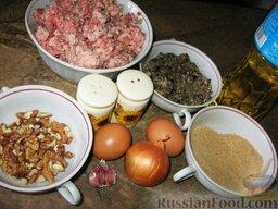 """Котлеты """"Лесные"""": Продукты для котлет с грибами перед вами.    Как приготовить котлеты из фарша с грибами:    Лук мелко порежем, чеснок продавим через пресс. Фарш посолим, поперчим, добавим яйцо, лук, чеснок и грибную икру. Хорошо вымешаем. Если фарш получился жидким, можно добавить 1-2 ст. ложки панировочных сухарей."""
