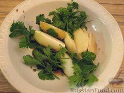 Запеченная скумбрия с мидиями и картофелем: К луку добавить петрушку (ее можно порвать на несколько частей), 1 ст. ложку соевого соуса и 1 ч. ложку винного уксуса. Оставить на 15 минут.