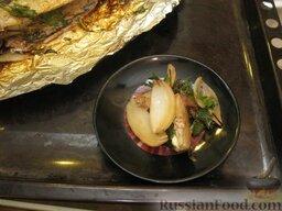 Запеченная скумбрия с мидиями и картофелем: Вынуть противень. Из запеченной скумбрии удалить лук и зелень.