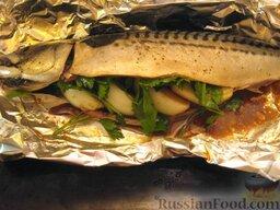 Запеченная скумбрия с мидиями и картофелем: Нафаршировать рыбу луком и зеленью. Поперчить.    Включить духовку для разогрева.