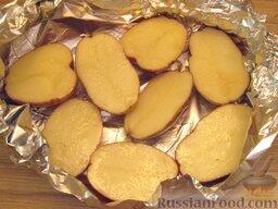 Запеченная скумбрия с мидиями и картофелем: Картофель тщательно вымыть. Разрезать на половинки, смазать растительным маслом (1-2 ст. ложка). Уложить на фольгу, сформировать