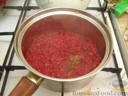 Рис со свеклой и козьим сыром: Добавить тертый мускатный орех, перемешать, выключить и оставить рис со свеклой под крышкой на 10 минут.