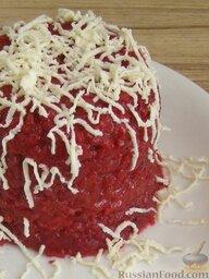Рис со свеклой и козьим сыром: При подаче потереть сверху соленый козий сыр (можно перемешать, но эффектнее будет, если сыр с рисом не смешивать).    Приятного аппетита!