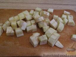 Рис с баклажанами: Баклажаны очистить и нарезать кубиками со стороной 1 см.