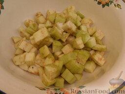 Рис с баклажанами: Посыпать солью и оставить на 10 минут. Затем баклажаны промыть и обсушить.