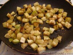 Рис с баклажанами: На сковороде разогреть 3 ст. ложки растительного масла. Выложить баклажаны и обжаривать их, помешивая, на сильном огне до золотистого цвета (7-10 минут),