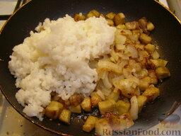 Рис с баклажанами: Смешать баклажаны, лук и рис. Перемешать рис с баклажанами и луком.