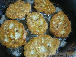 Куриные оладьи с грибами и сыром: Затем перевернуть и так же жарить куриные оладьи с грибами и сыром с другой стороны. Так пожарить все оладьи. При необходимости доливать растительное масло.