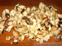 Гречневая каша с молотым мясом и грибами: Шампиньоны или другие свежие грибы очистить, нарезать небольшими кусочками. Потушить грибы на сливочном масле.