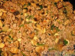 Гречневая каша с молотым мясом и грибами: На сковороде разогреть растительное масло и обжарить в нем мелко накрошенную луковицу, добавить фарш и, мешая, обжарить его до рассыпчатости. Посолить и поперчить. Подлить немного воды или бульона и потушить до мягкости. Затем добавить томатное пюре, толченый чеснок, рубленую зелень петрушки и тушеные грибы.  Потушить все вместе 3 минуты.
