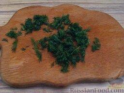 Борщ с ржаными галушками: Нарезать зелень укропа.