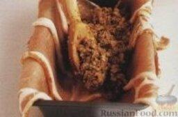 Террин из кролика: 7. Жаропрочную форму объемом 1,2 литра застелить полосками копченого и оставшимися полосками некопченого бекона, оставляя края свисать с бортиков формы. Выложить внутрь мясной фарш и завернуть края бекона наверх, накрыть пергаментом, а сверху обвернуть форму фольгой.  8. В противень с высокими бортиками налить кипяток и поставить в эту горячую воду форму с мясом (вода должна достигать примерно 1/2 высоты формы). Поставить эту конструкцию в разогретую духовку и запекать террин из кролика около 1,5 часа, затем снять фольгу и пергамент и снова поставить террин в духовку еще на 15 минут, до коричневого цвета верха.  9. Достать форму с террином из противня, накрыть верх пергаментом и сверху положить груз, оставить террин из кролика при комнатной температуре до полного охлаждения. Остывший террин перевернуть на тарелку, форму аккуратно снять. Порезать террин из кролика ломтиками и подавать с салатными листьям и смородиновым джемом (по желанию).