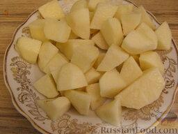 Борщок с чесночной заправкой: Картофель очистить, вымыть и нарезать.  Выложить в суп. Варить борщок 15 минут при слабом кипении.