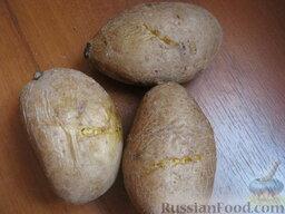 Салат «Капли страсти»: Картофель помыть. Положить в кастрюлю, залить холодной водой. Дать закипеть. Варить на среднем огне в мундире до готовности, около 20-25 минут. Воду слить. Охладить.