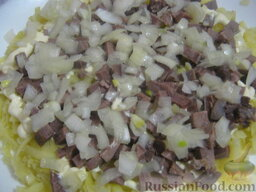 Салат «Капли страсти»: 3 слой - маринованный лук, майонез.