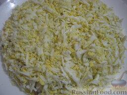 Салат «Капли страсти»: 4 слой - яйца, майонез.